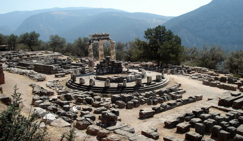 Group Tour in Delphi with Bus from Athens to visit the Temple of Apollon
