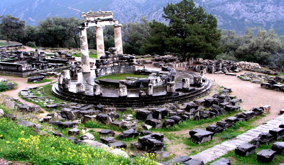 Private Day Tour in Delphi from Athens, visit Museum of Thebes, Monastery of Hosios Loukas